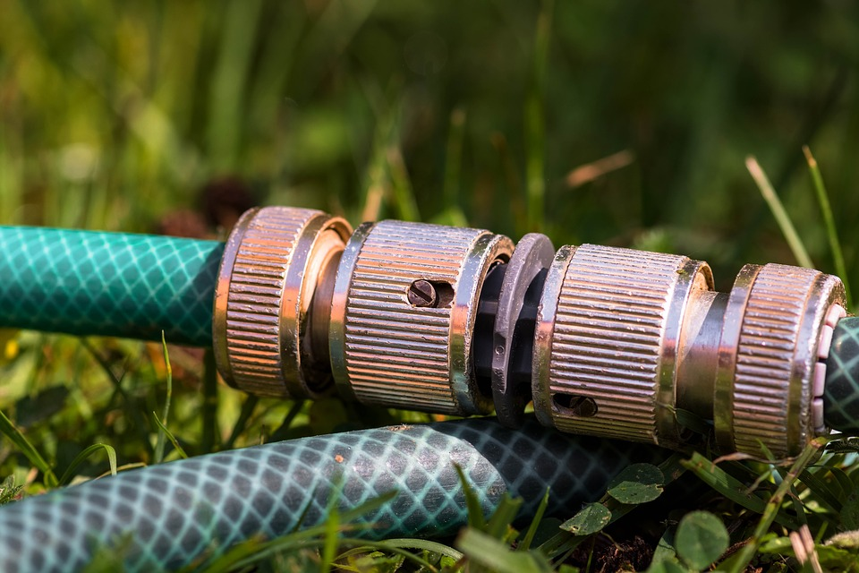 connecting coupling for garden hoses